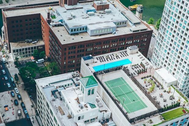 Hochhaus mit Tennisplatz