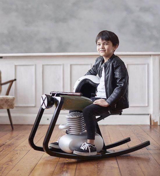 Kind auf dem Moto Rocker
