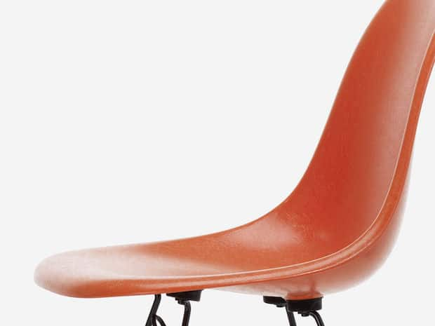 Vitra Eames Fiberglass Chair in Rot