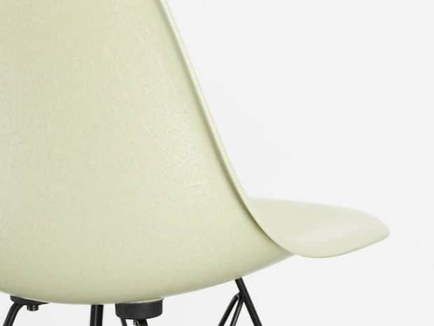 Vitra Eames Fiberglass Chairs in Weiss
