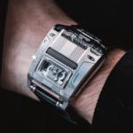 Urwerk UR-111c am Handgelenk