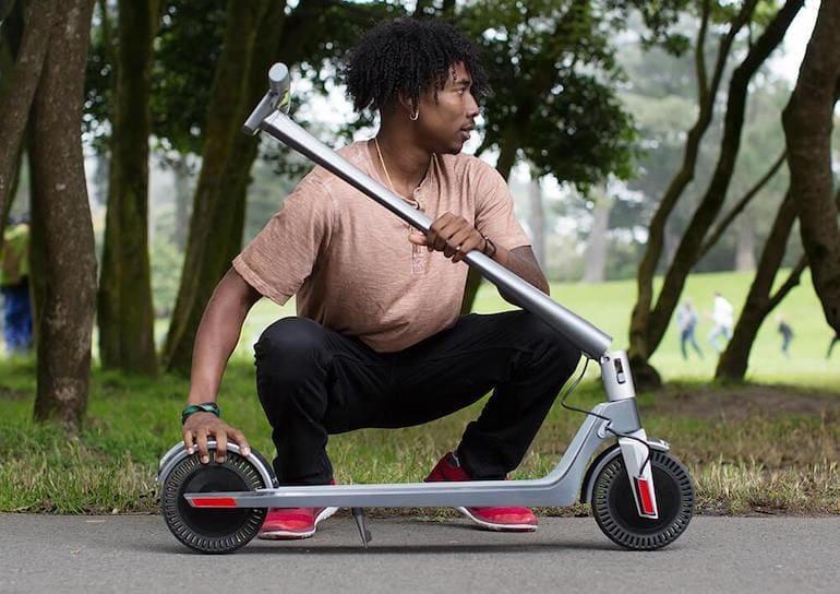 Unagi E-Scooter im Park