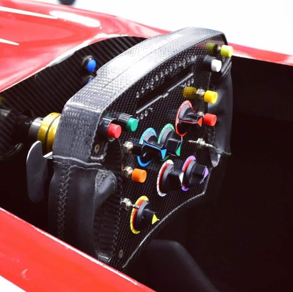 Originales Lenkrad im F1 Simulator