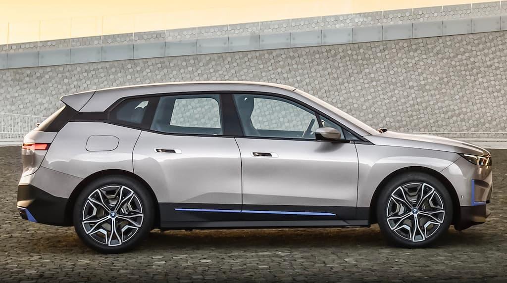 Seitenansicht des 2021 iX von BMW