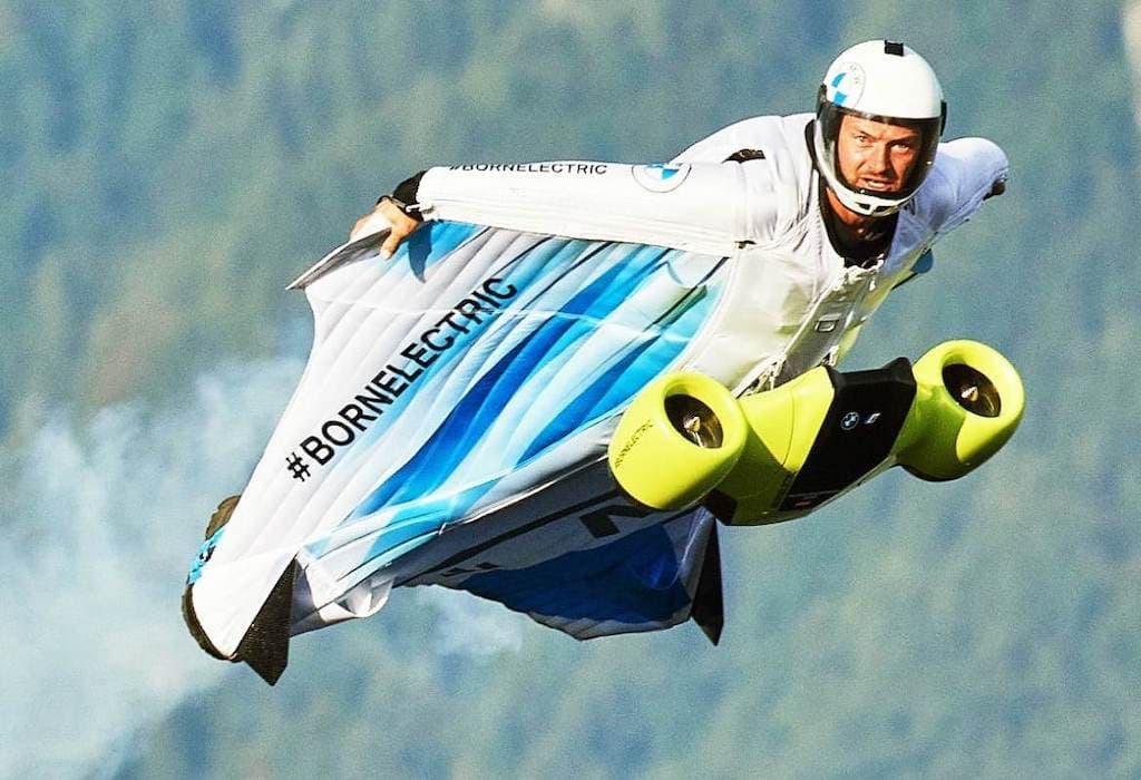 Electrified Wingsuit von BMW i und Designworks