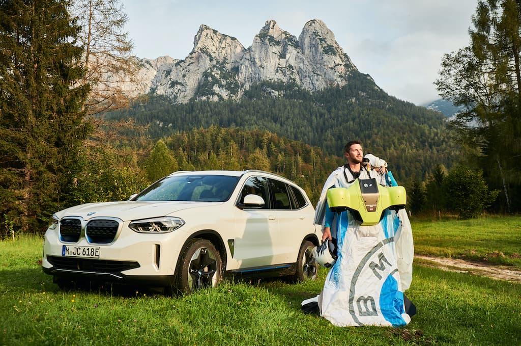 Electrified Wingsuit und Elektroauto BMW iX3Electrified Wingsuit und Elektroauto BMW iX3