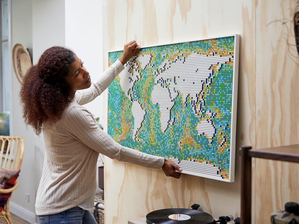 LEGO Weltkarte Map mit 10.000 Steinen an der Wand