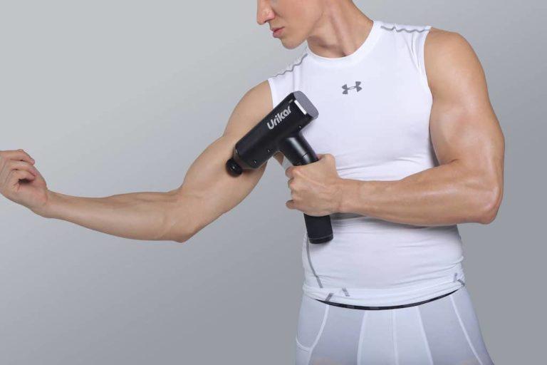 Urikar Pro 3 Massagepistole am Oberarm