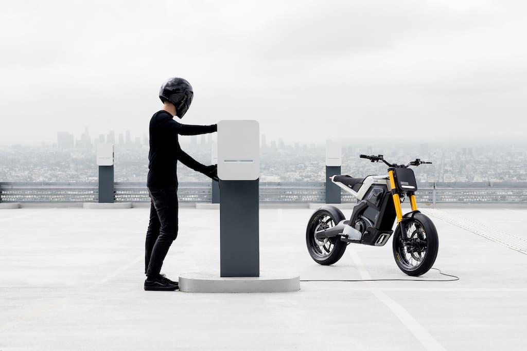 Concept-E Elektro-Motorrad und Ladestation