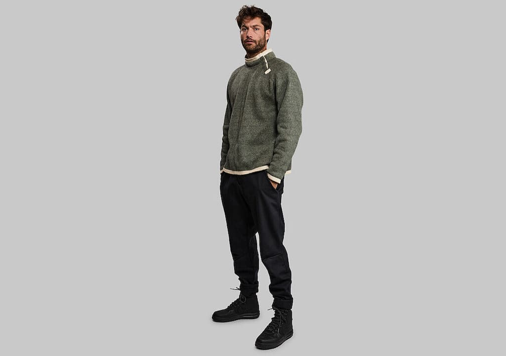 Model mit Garbage Sweater
